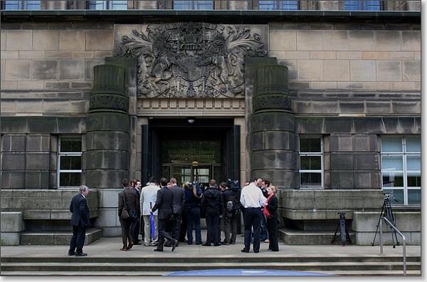 Journalisten drommen samen op de stoep van een regeringsgebouw in Edinburgh, in mei 2008.
