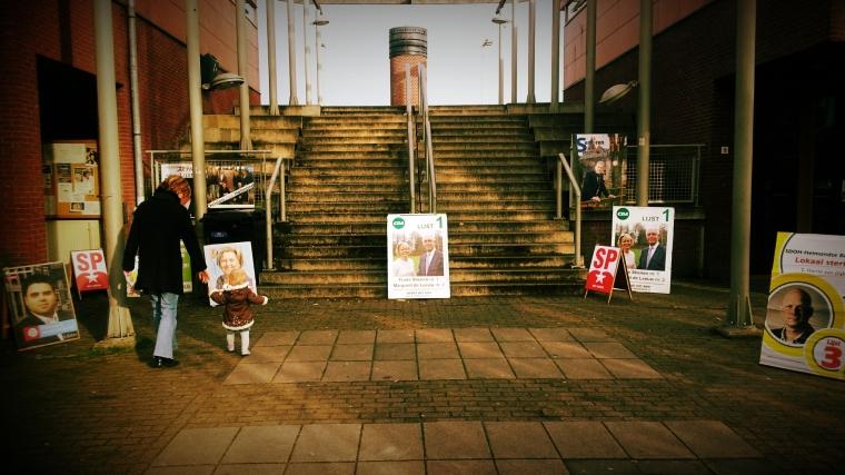 Ingang van het stemlokaal in mijn wijk, Dierdonk.