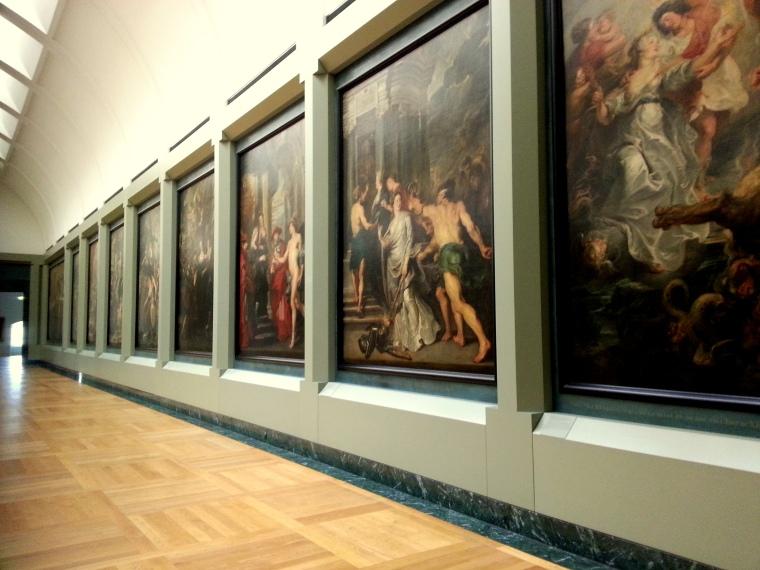 Een van de ontelbare zalen propvol kunst in het Louvre.
