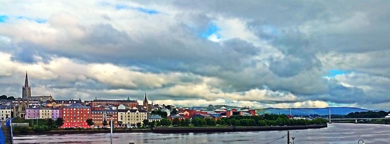 De skyline van Derry, met op de voorgrond de rivier de Foyle.